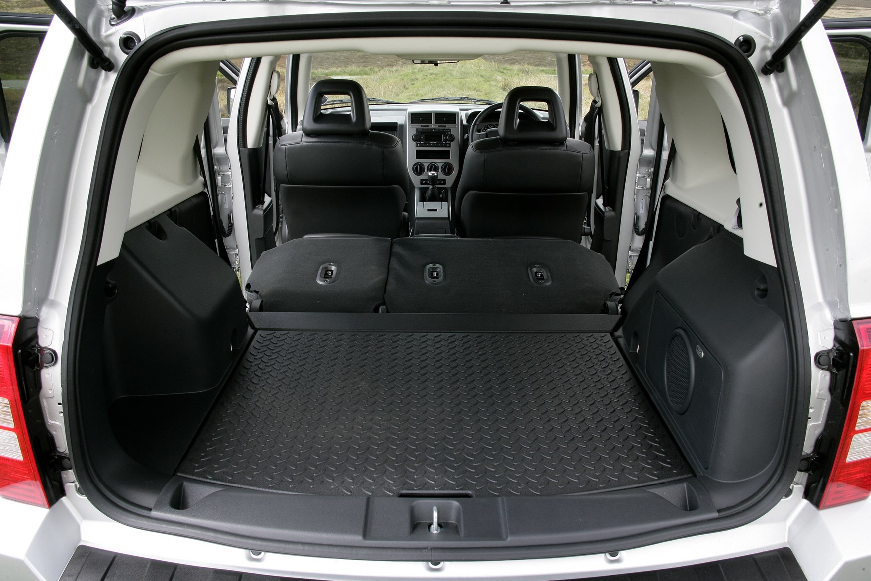 jeep patriot station wagon 2007 2011 photos parkers. Black Bedroom Furniture Sets. Home Design Ideas