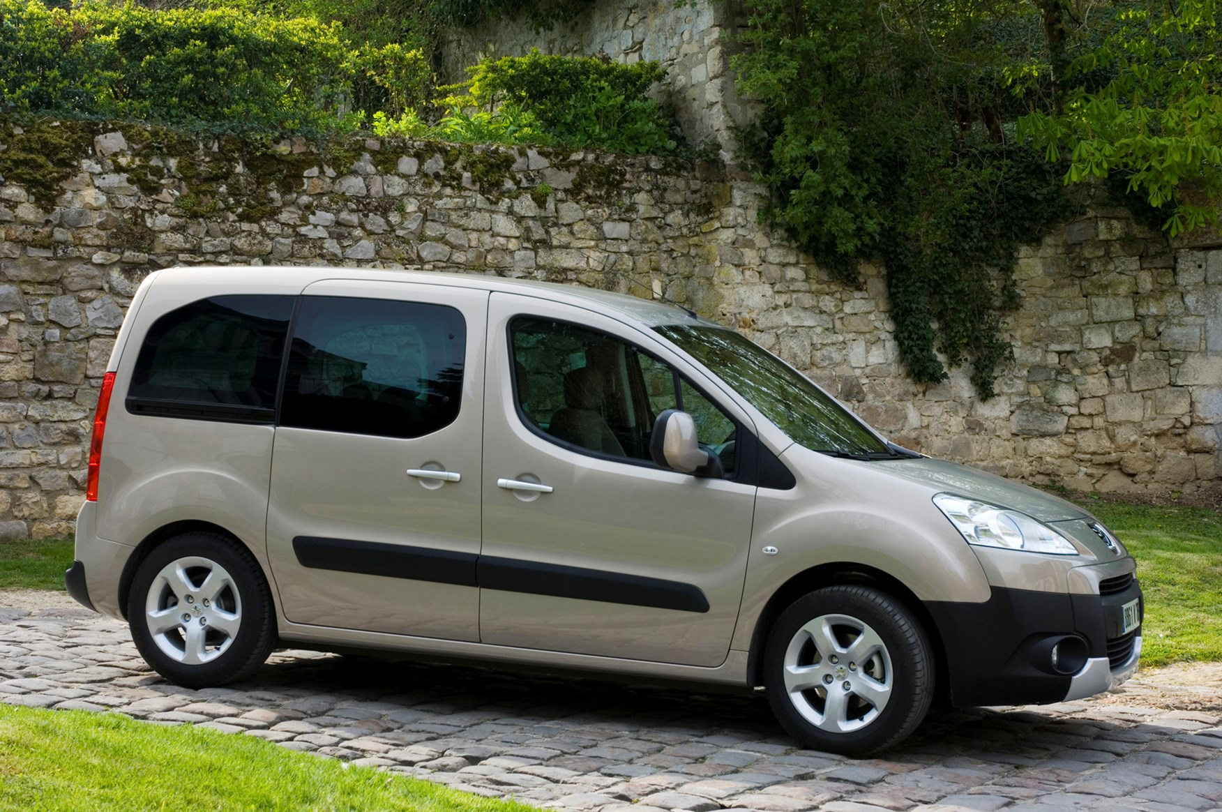Peugeot Partner Tepee Estate (2008 - ) Photos | Parkers