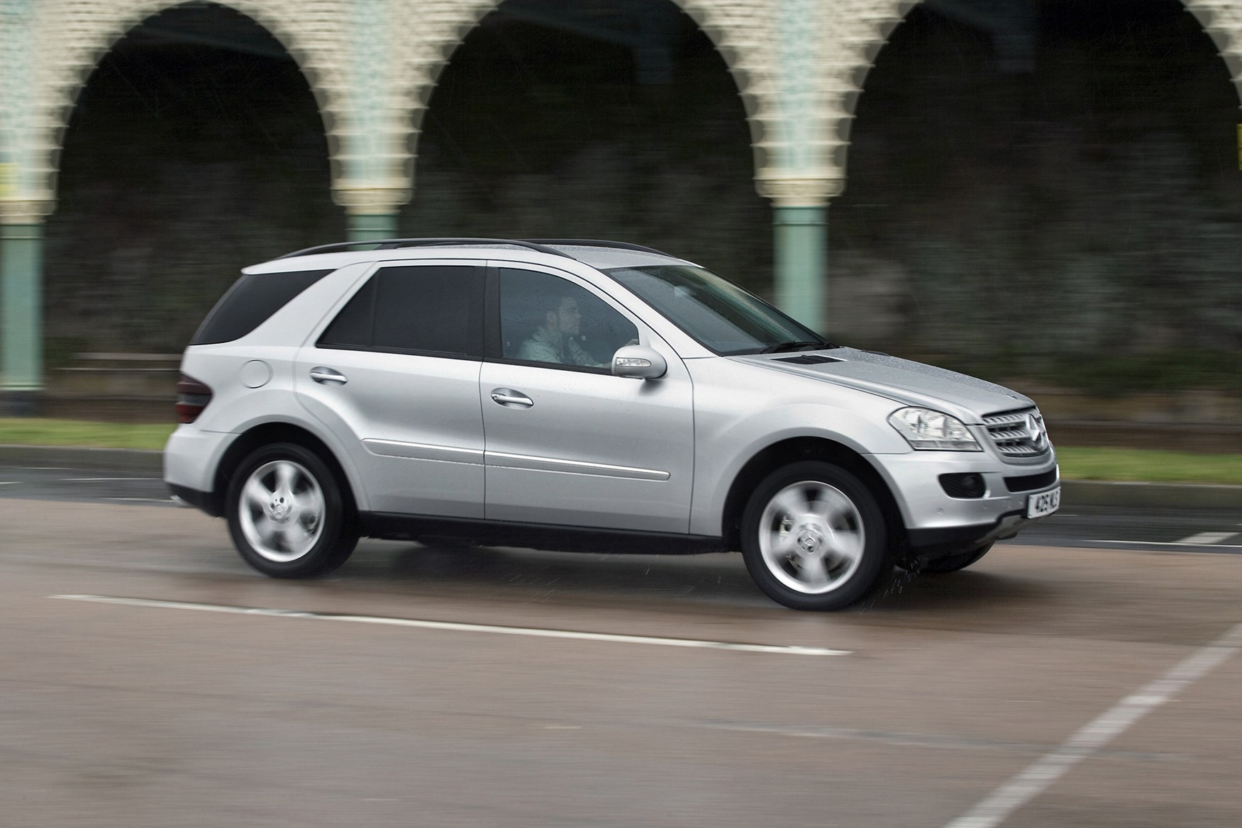 Mercedes benz m class hatchback 2005 2011 photos parkers for 2005 mercedes benz ml350 review
