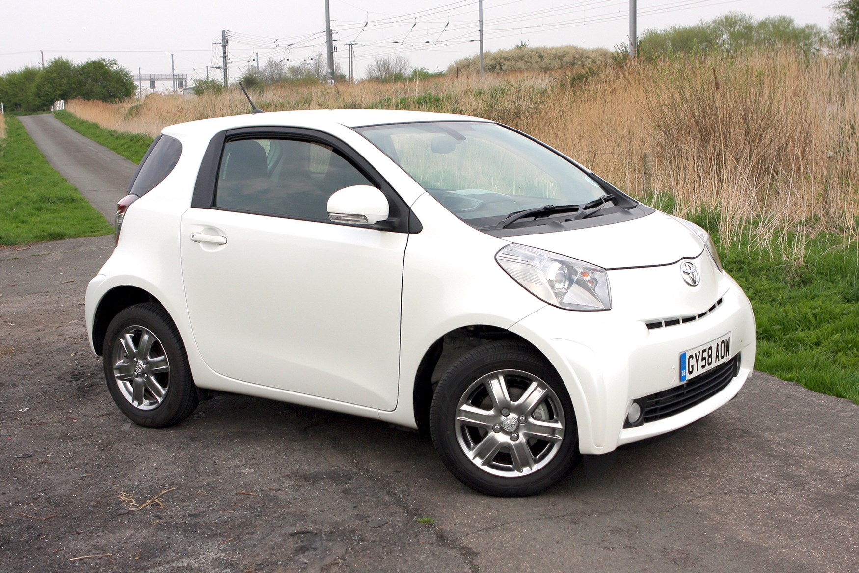 Toyota IQ Hatchback Review 2009