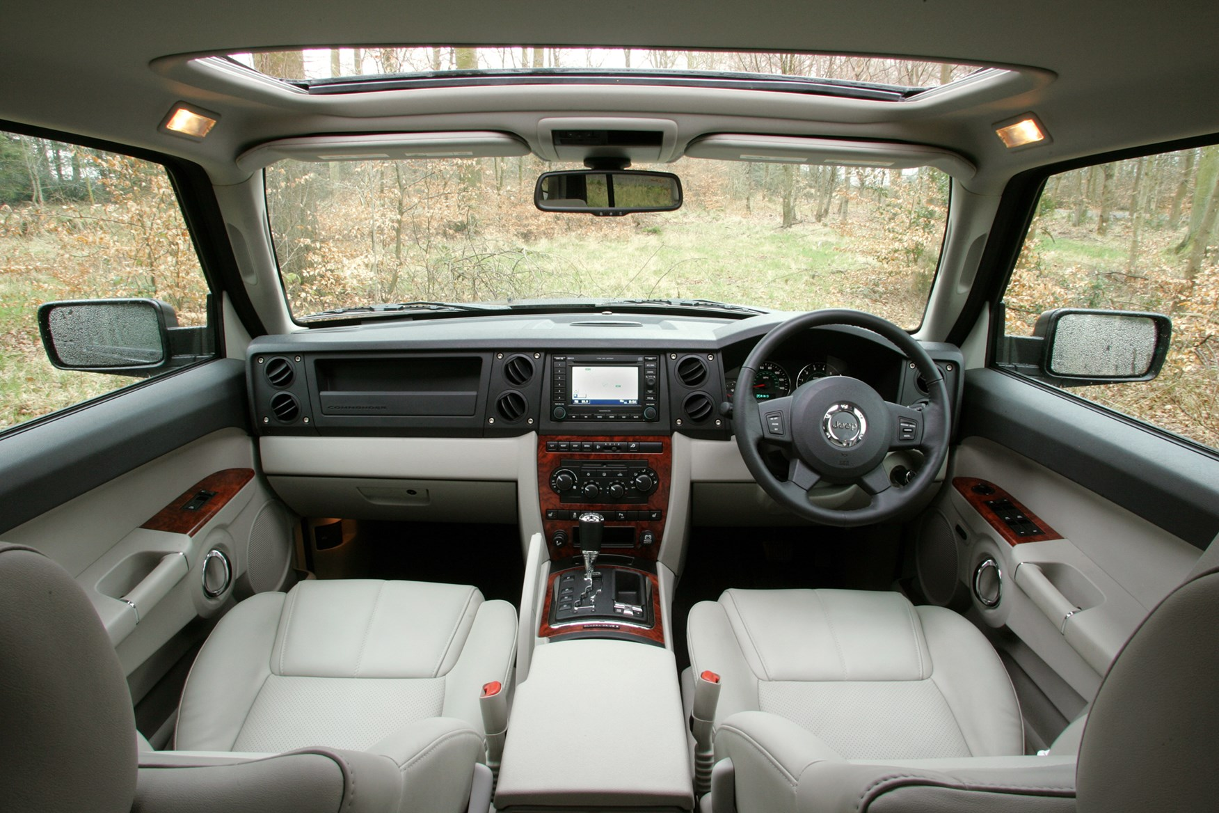 Jeep commander station wagon review 2006 2009 parkers for Jeep commander interior