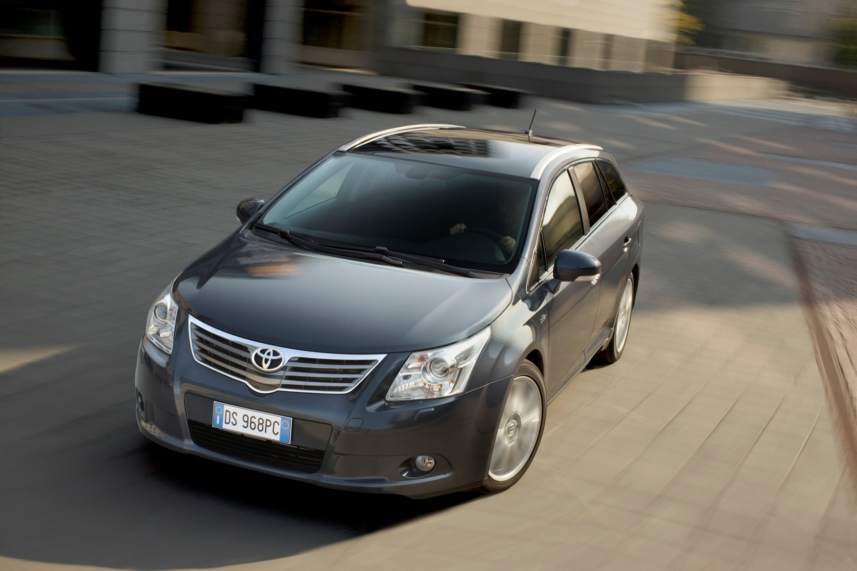 toyota avensis tourer review (2009 - 2015) | parkers