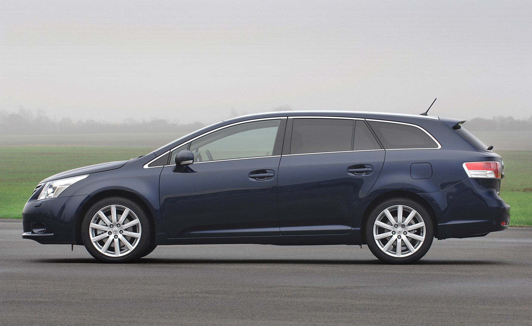 toyota avensis tourer review toyota uk news reviews autos post. Black Bedroom Furniture Sets. Home Design Ideas