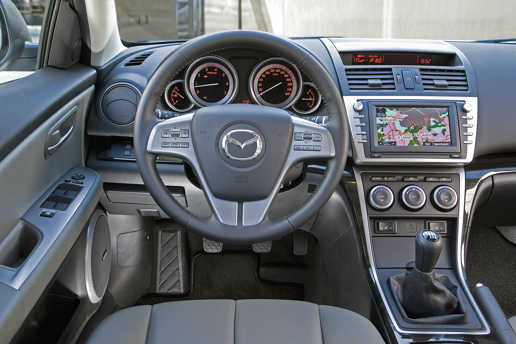 https://parkers-images.bauersecure.com/pagefiles/202853/main-interior/mazda6_interior_9.jpg