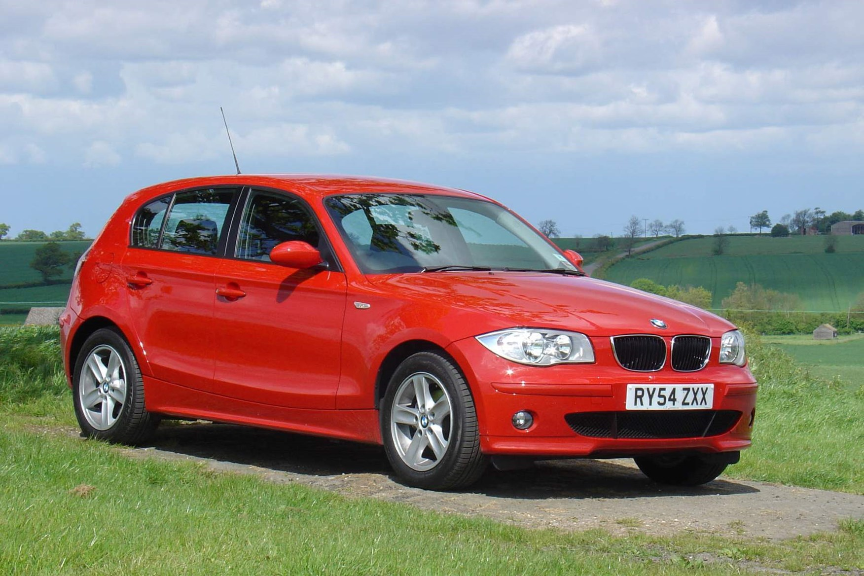 bmw 1 series hatchback 2004 2011 photos parkers. Black Bedroom Furniture Sets. Home Design Ideas
