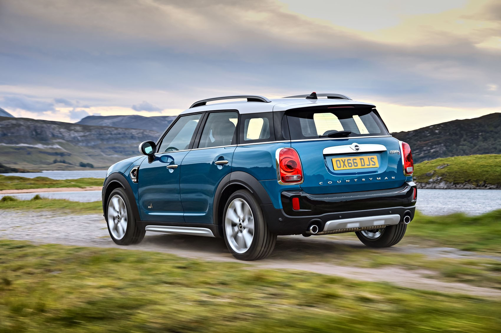 Mini 2017 Countryman Suv Driving