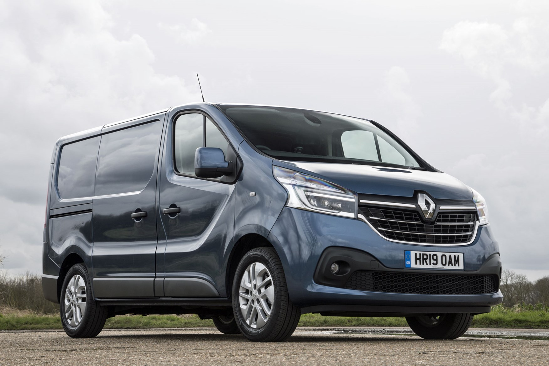 Renault trafic review - facelift, front view, 2020, blue