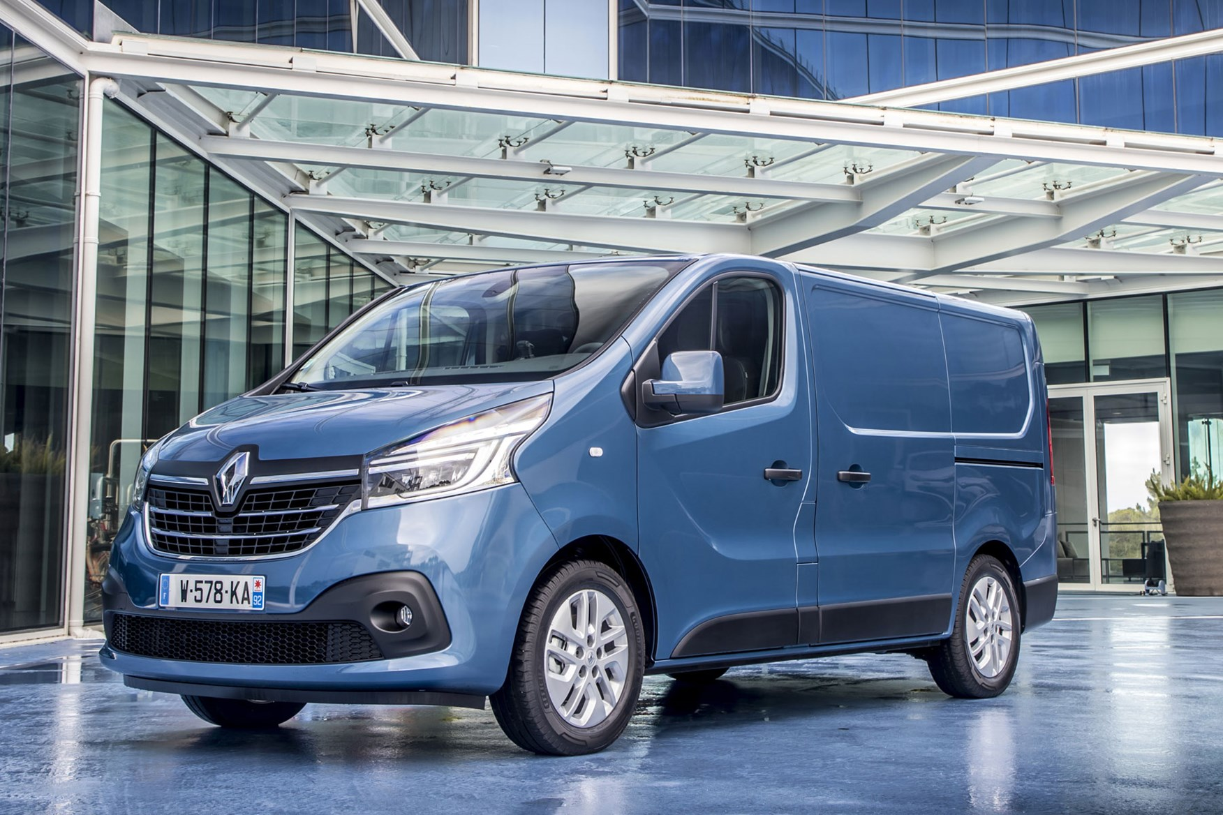 Renault Trafic review - 2019 facelift, front view, blue