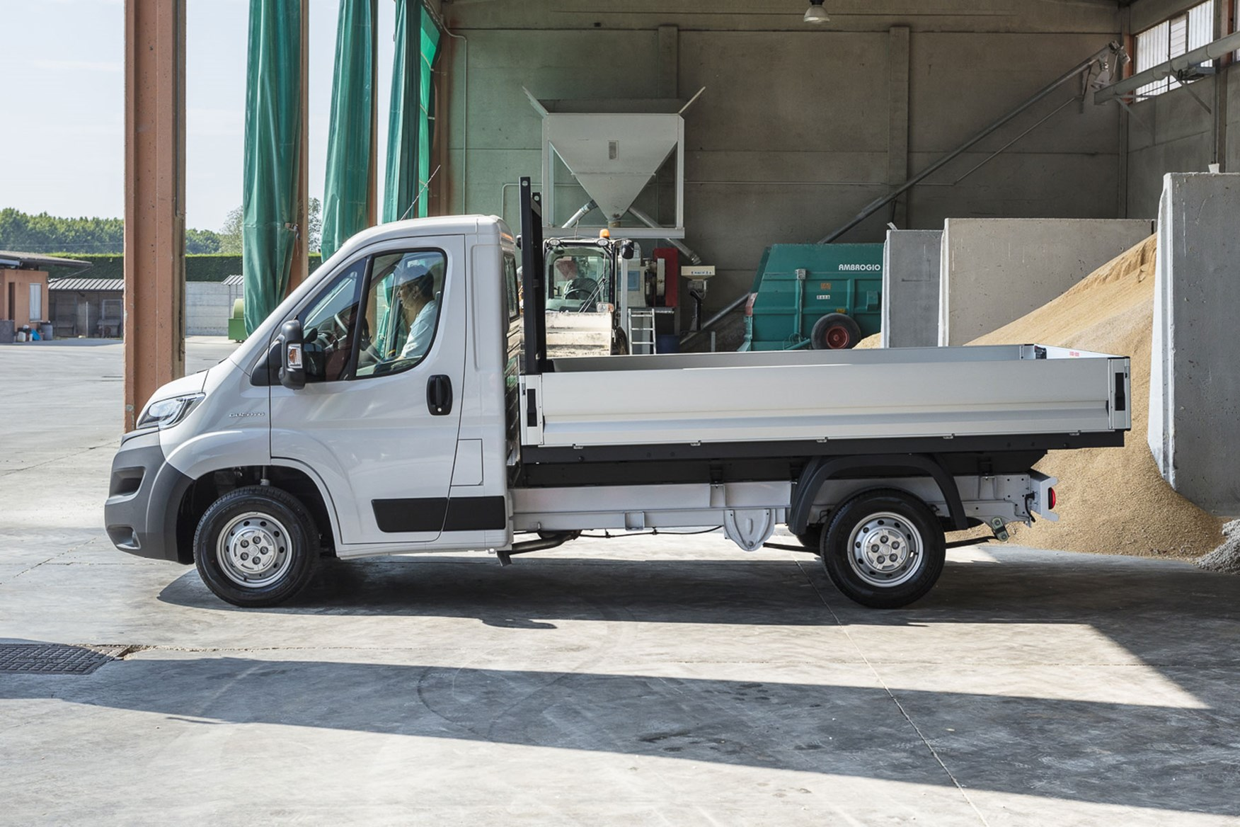 Fiat Ducato review - 2019 MY20, dropside, side view