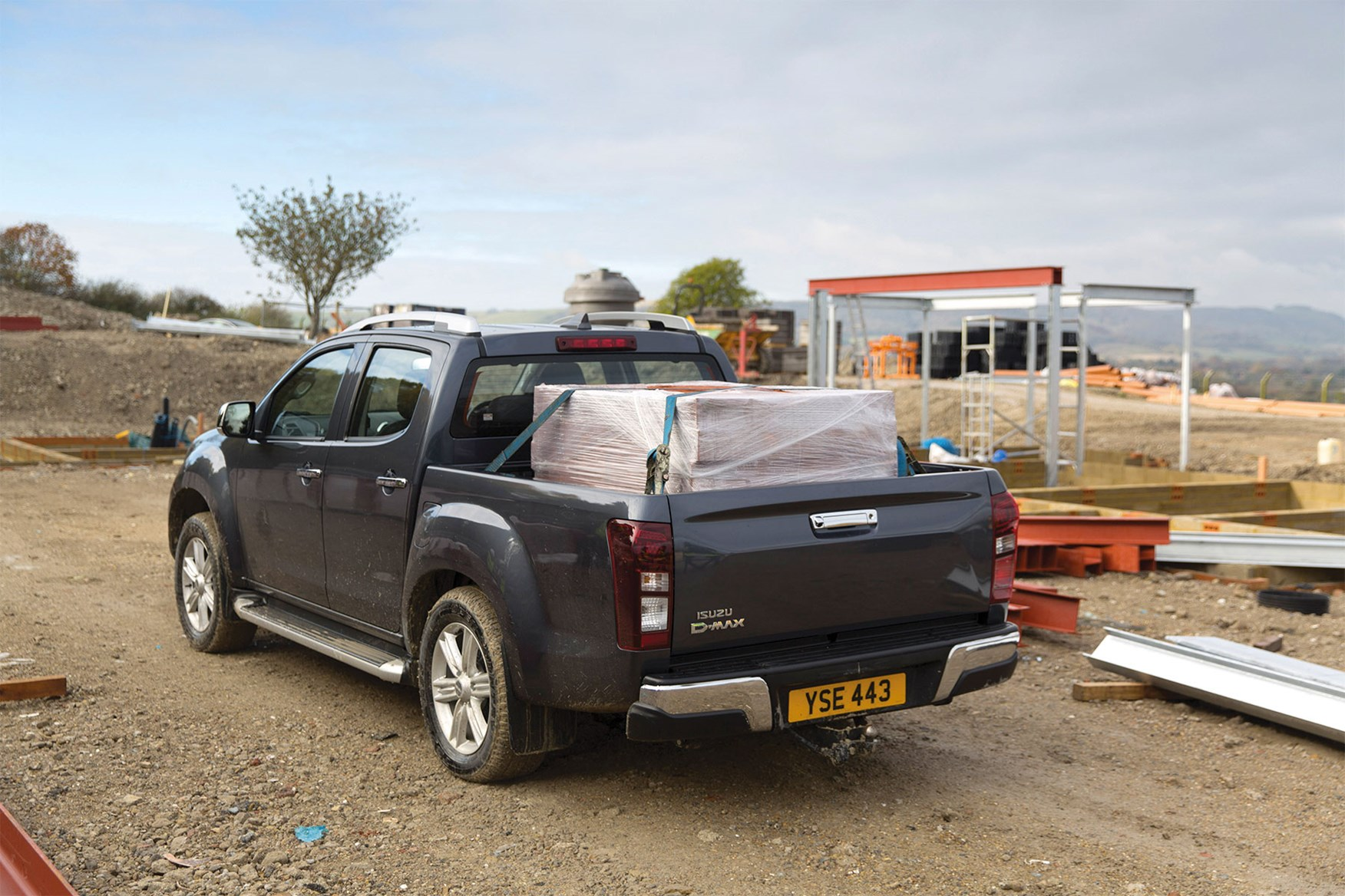 Isuzu D-Max load area dimensions, rear view, load bed fully loaded