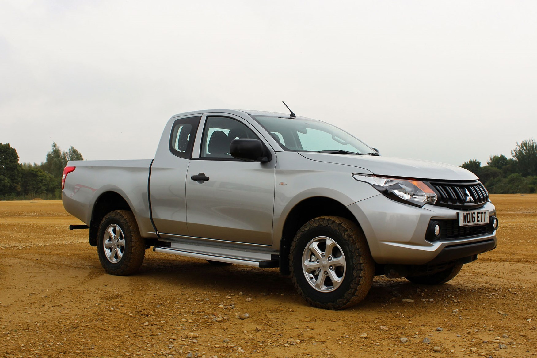 Mitsubishi L200 4Life Club Cab review - front view, silver