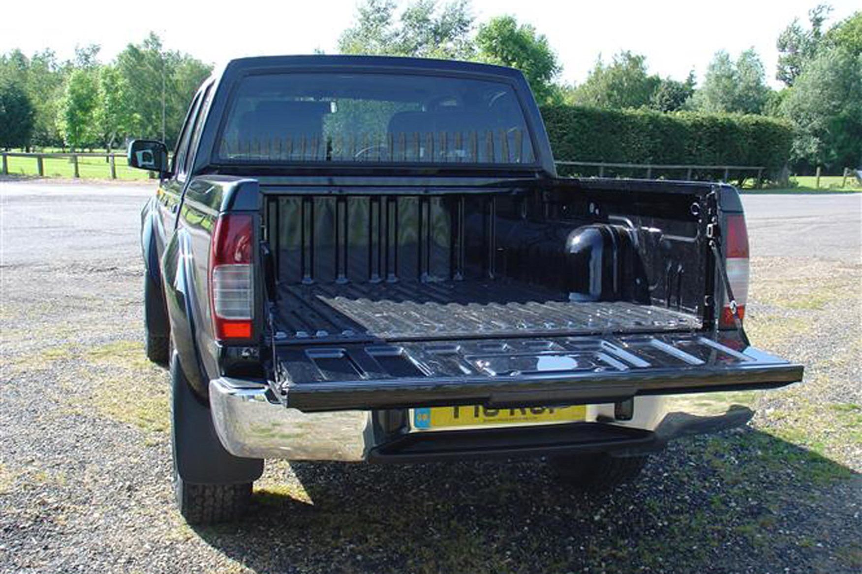 Nissan Navara 2001-2005 review on Parkers Vans - load area access