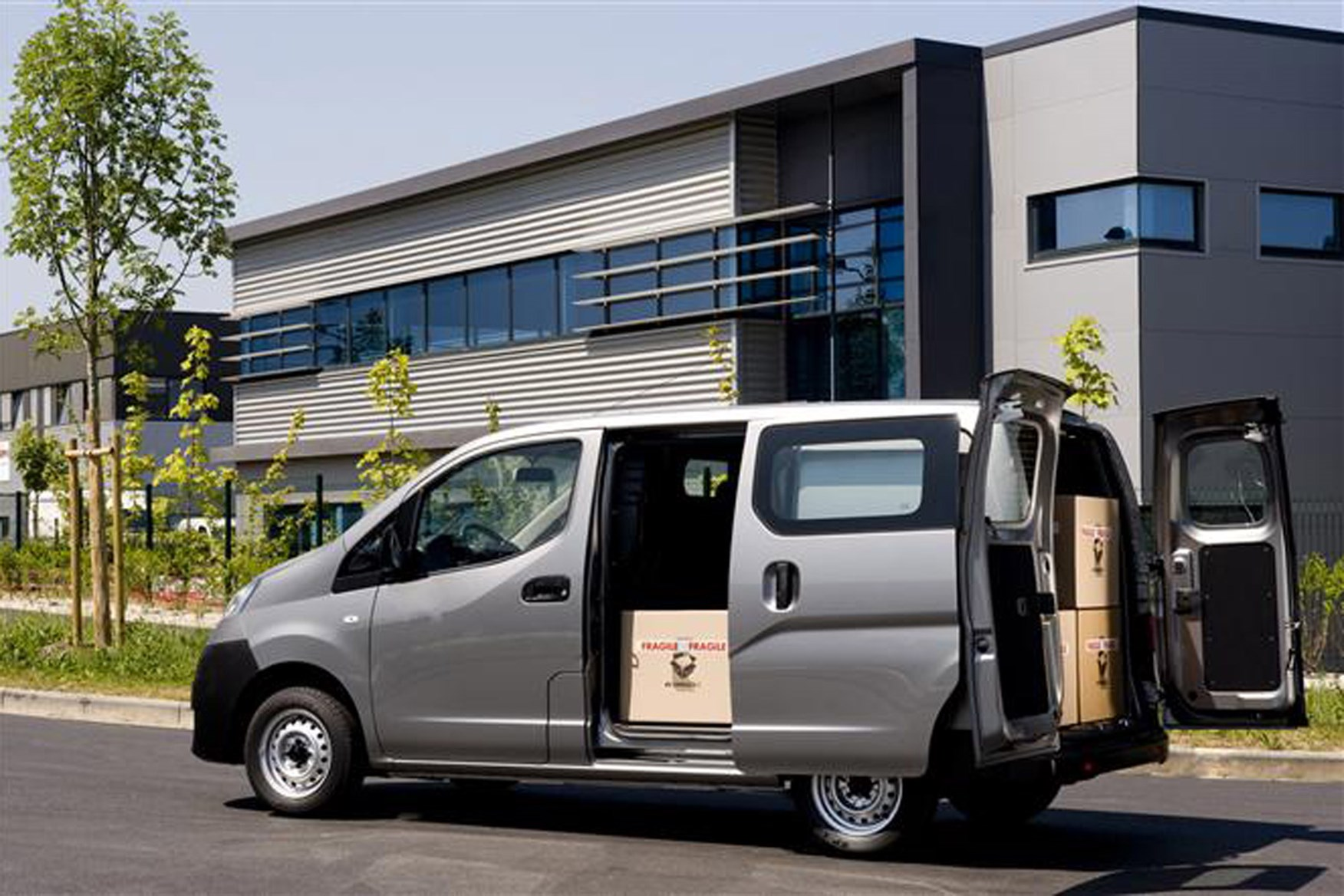 Nissan NV200 full review on Parkers Vans - load area access