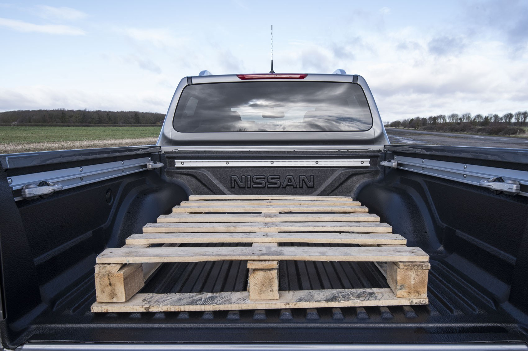 Nissan Navara payload, 2019-onwards update model, load area with pallet