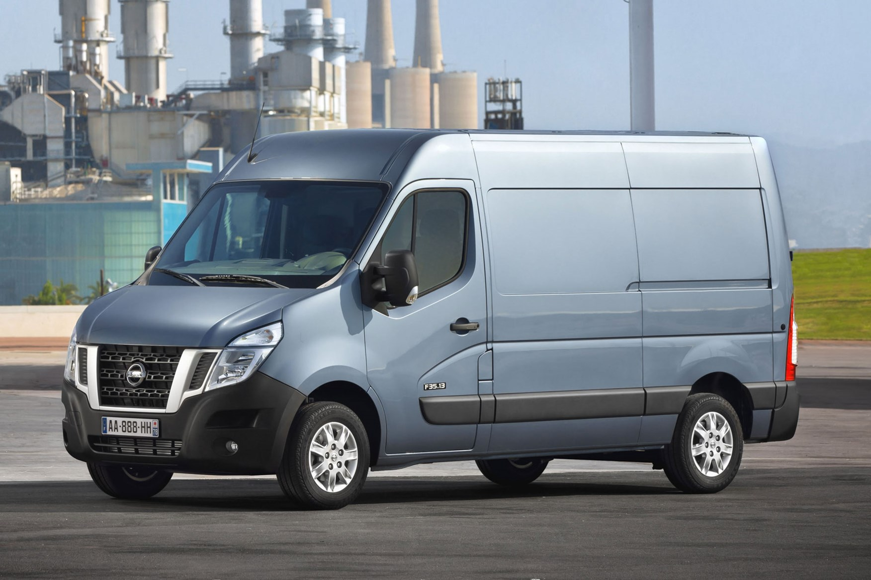 Nissan NV400 review - blue, side view, 2014 model