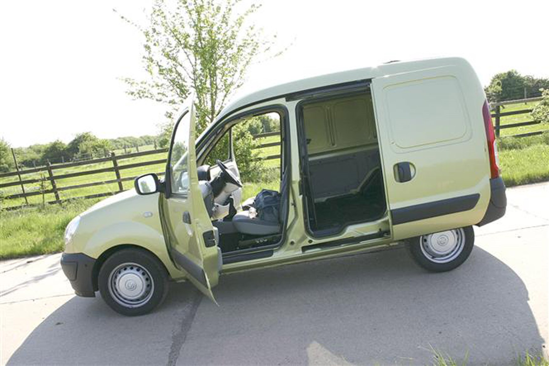 Nissan Kubistar review on Parkers Vans - load area access