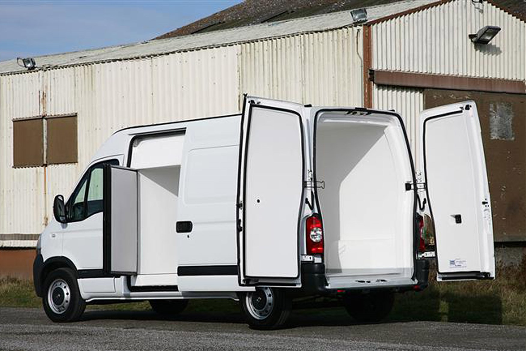 Nissan Interstar 2003-2011 review on Parkers Vans - load area access