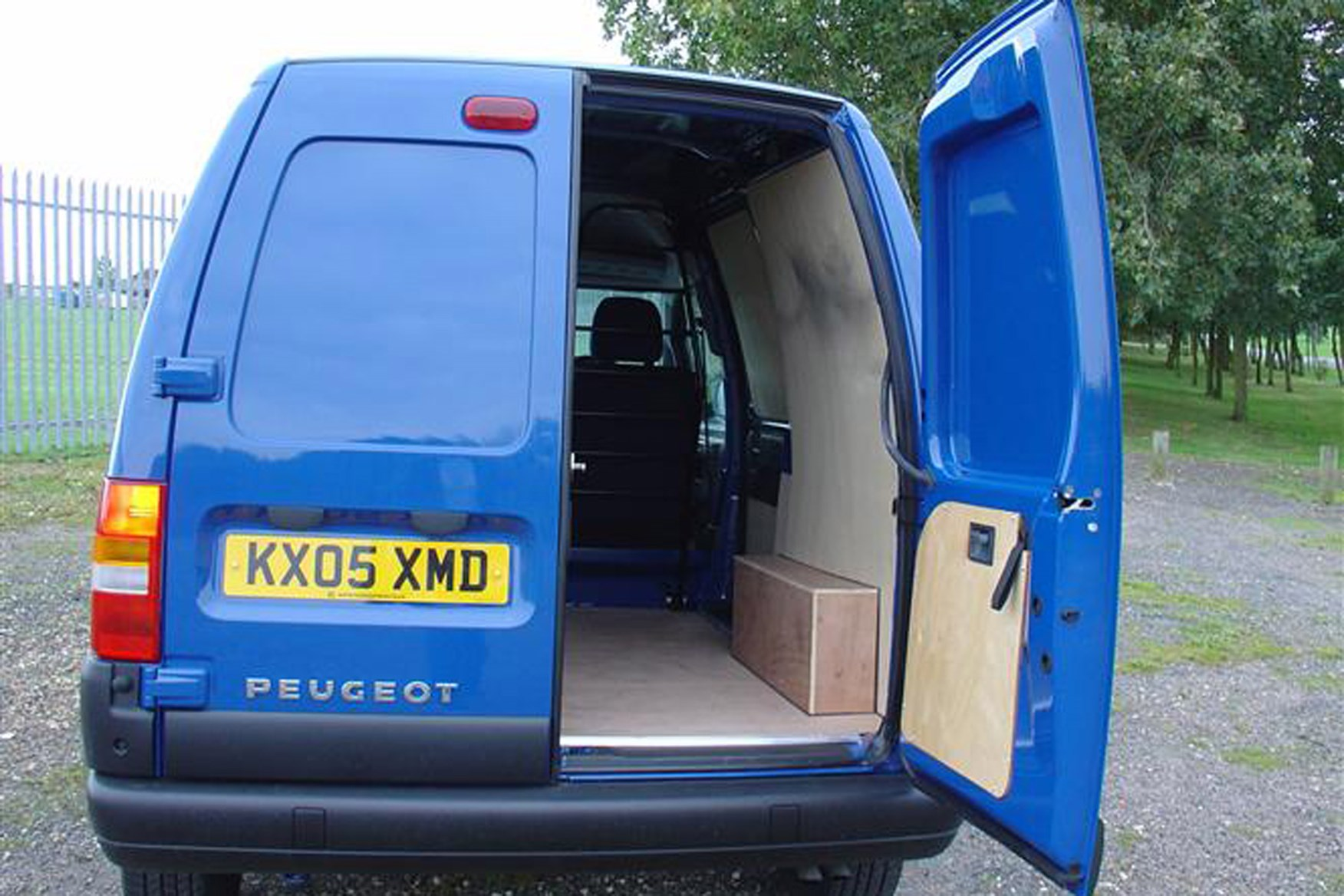 Peugeot Expert review on Parkers Vans - load area access