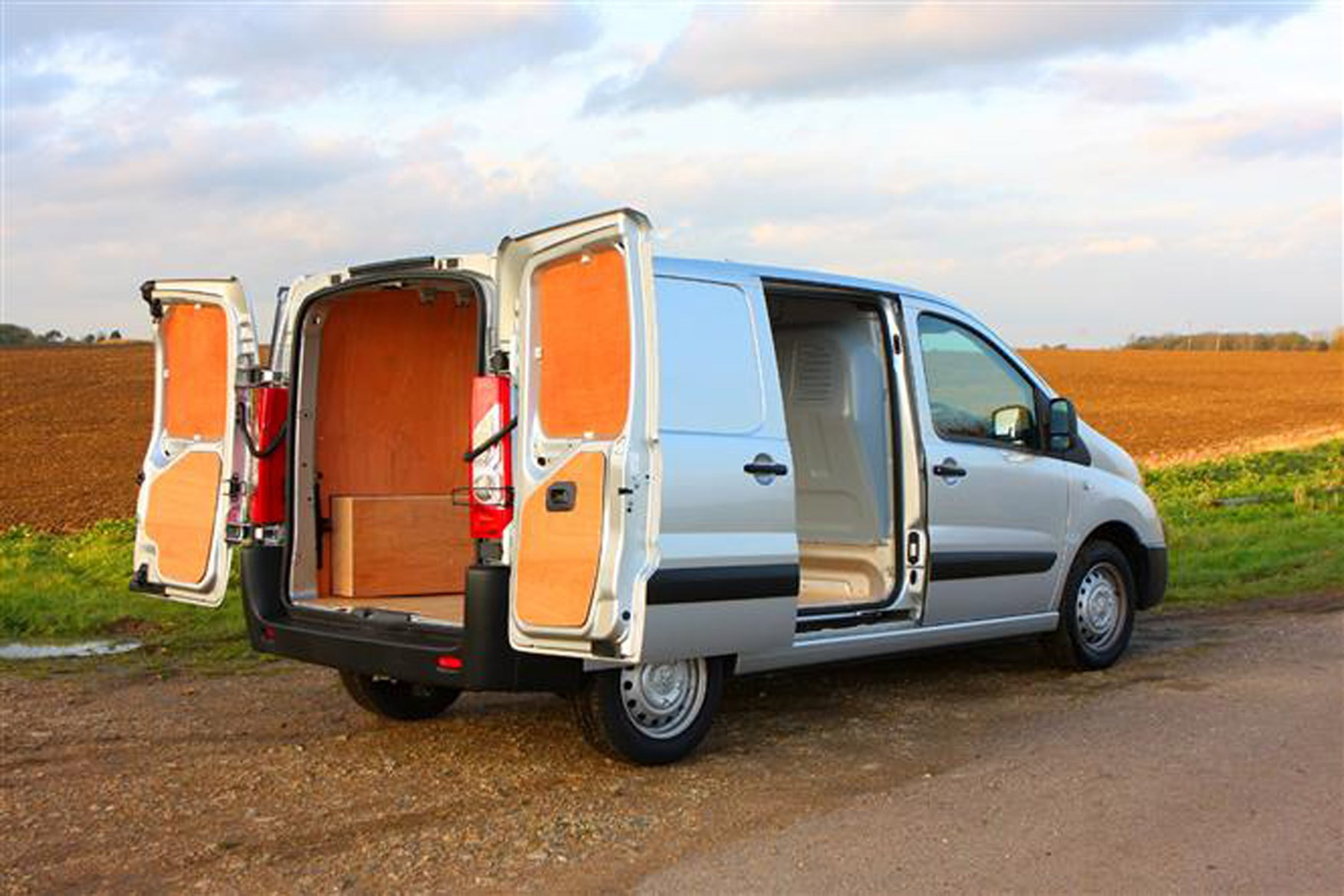 Peugeot Expert 2007-2015 review on Parkers Vans - load area access