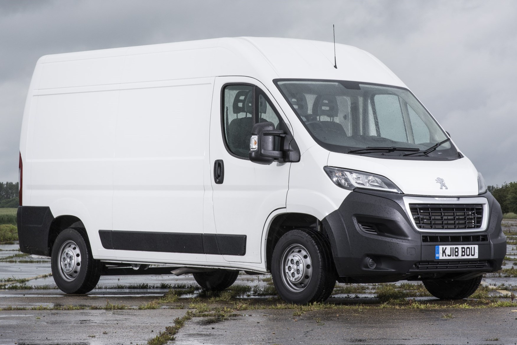 White 2019 Peugeot Boxer front three quarter