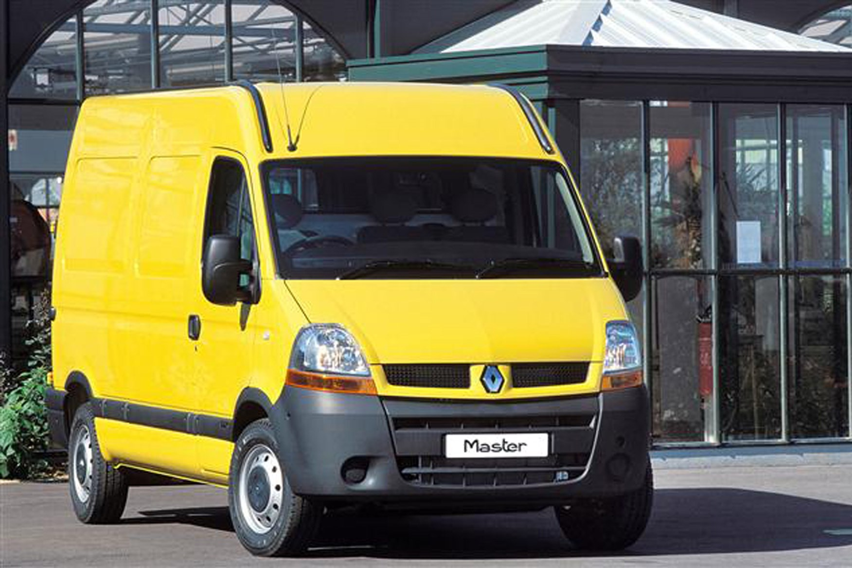 Renault Master review on Parkers Vans - front exterior