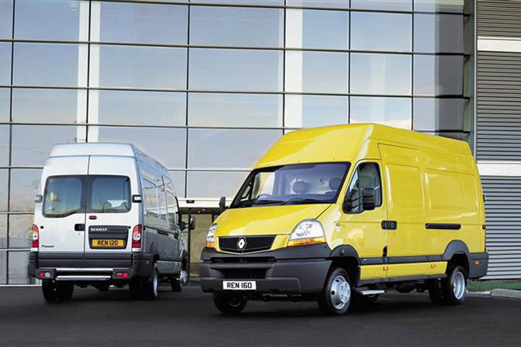 Renault Master review on Parkers Vans - exterior front and back