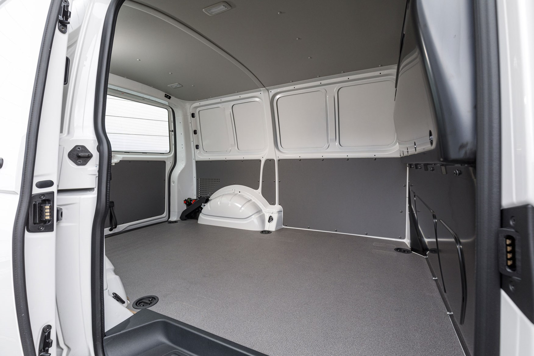 VW Transporter payload, dimensions and load area info - T6.1 facelift 2019, SWB load area viewed through side door