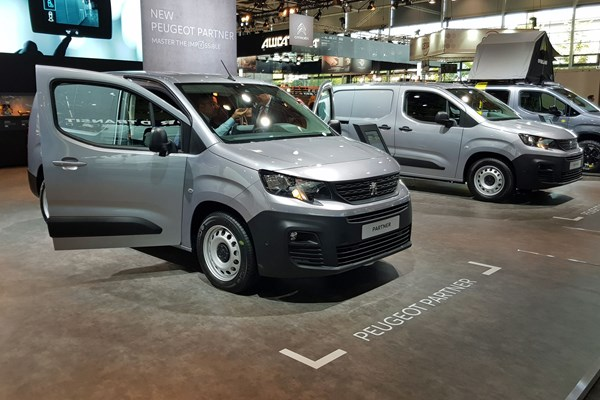 peugeot partner 2018 new small van official pictures info tech rh parkers co uk  nueva peugeot partner 2019 mexico