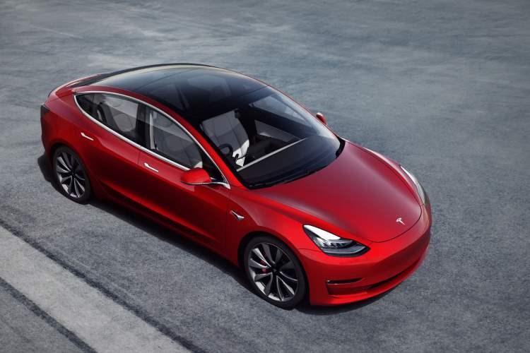 Tesla Model 3 (2020) in red