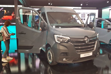 62138f989a2a95 2019 Renault Master facelift – full details of new-look large van ...