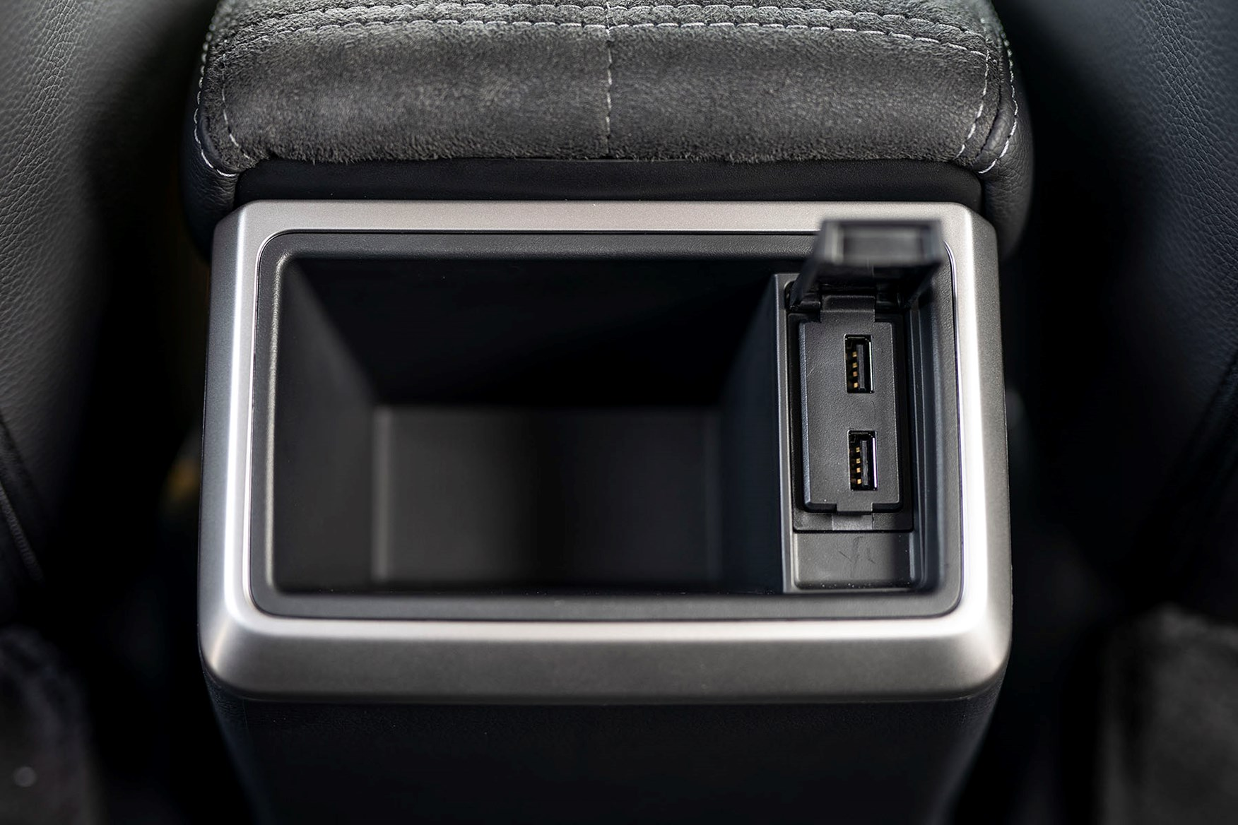 2019 Mitsubishi L200 Series 6, rear USB charging ports