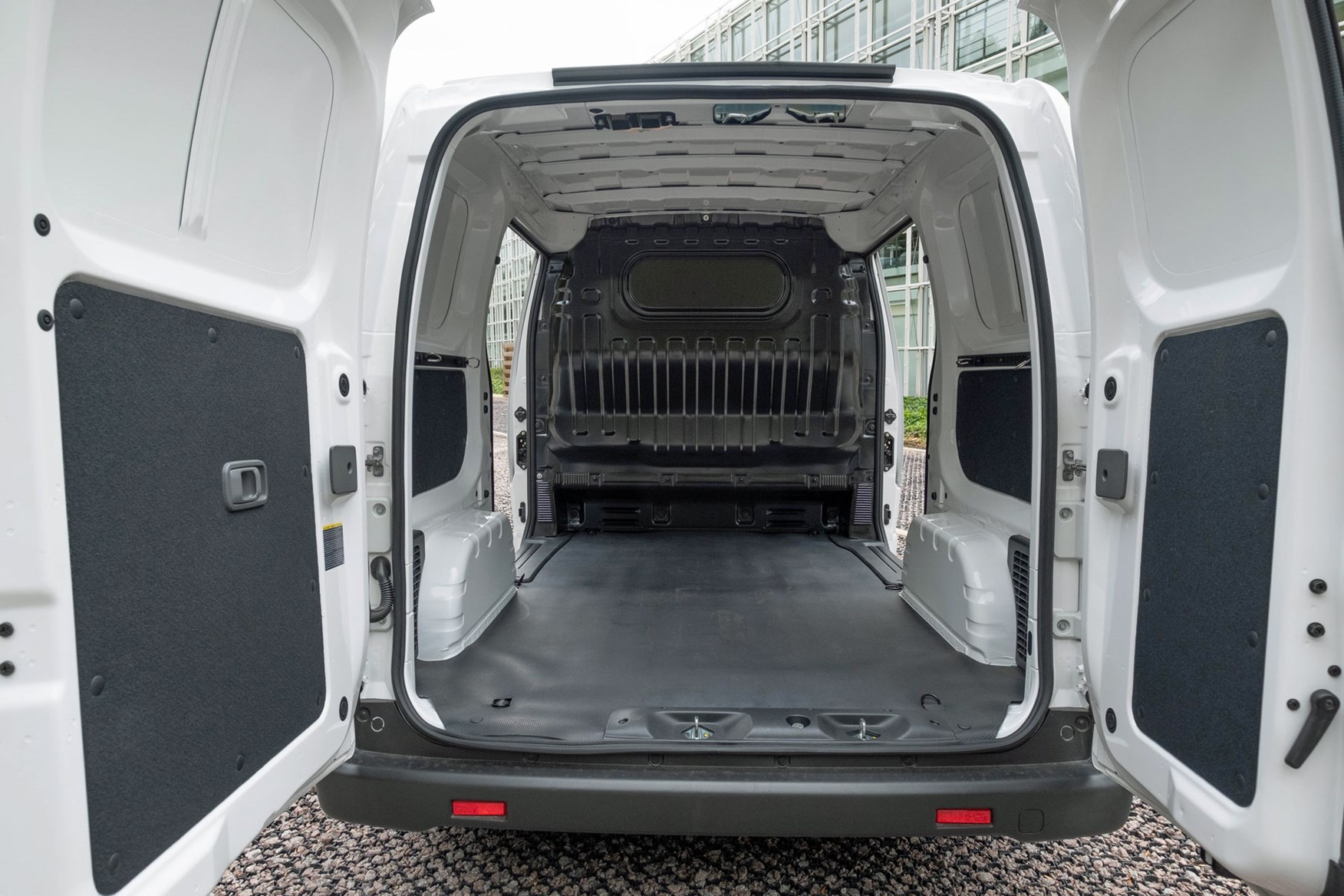 Nissan e-NV200 load area dimensions - load space, payload, 2020