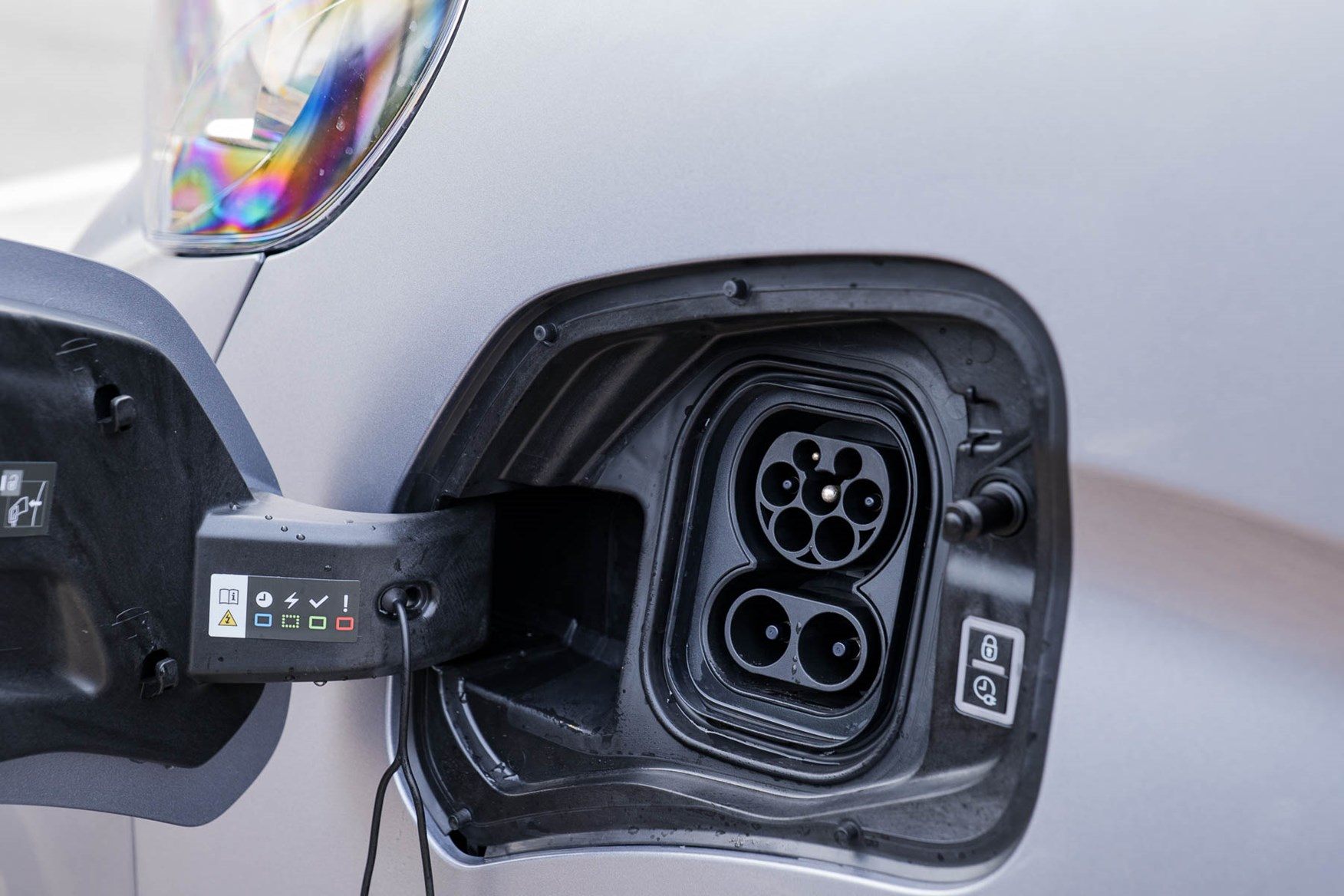 2021 Peugeot e-Expert charging port